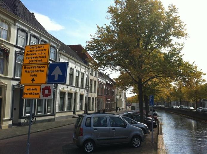 Gele borden in de binnenstad, zoals hier op de hoek Burgwal-Broederstraat, attenderen vrachtverkeer op de afsluiting van de Burgwal. Dat moet al vóór het binnenrijden van de binnenstad, menen bewoners.foto Ewoud ten Kleij