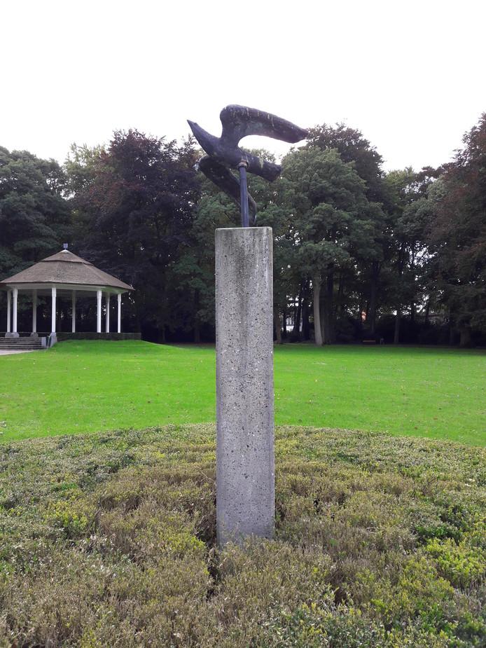 Het overgebleven deel van het beeld 'Vogels in vlucht' in het Oosterhoutse Slotpark.