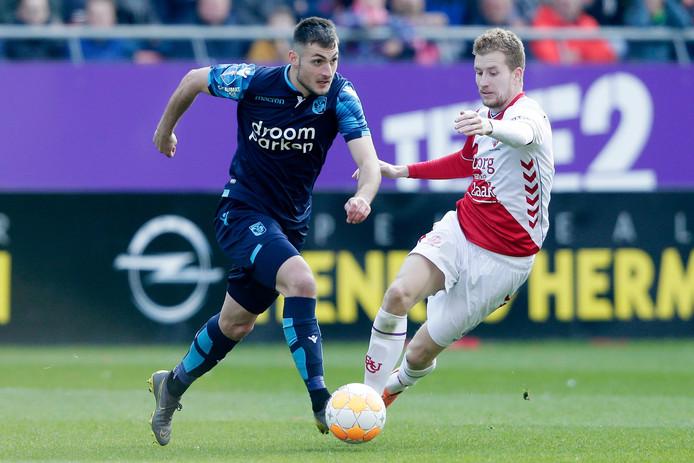 Matus Bero (links) in duel met Simon Gustafson van FC Utrecht.