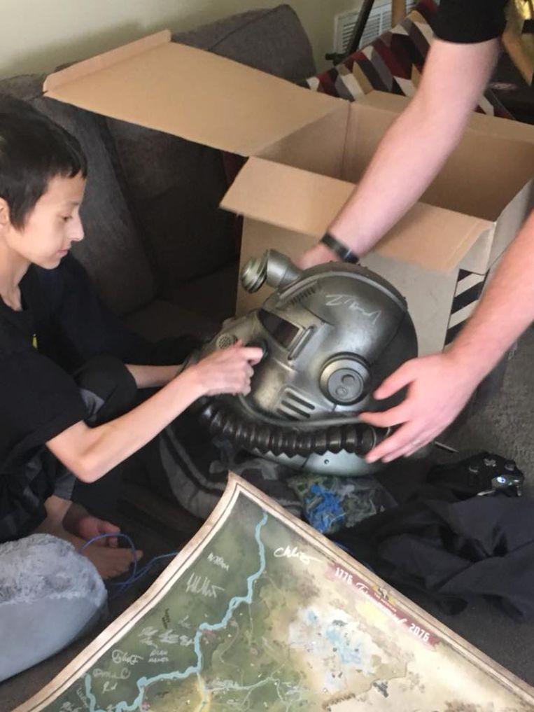 Wes krijgt een prototype van de helm die bij het spel geleverd zal worden.