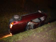 Auto belandt op zijkant in sloot tijdens inhaalactie in Bemmel