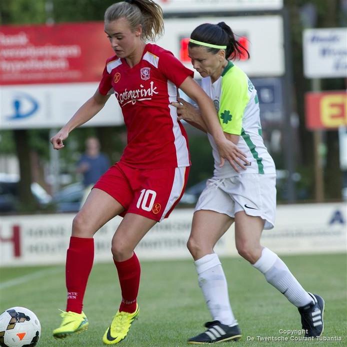 Jill Roord in actie voor FC Twente.