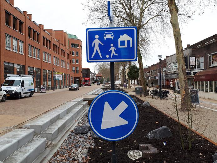 Het centrale deel van de heringerichte Grotestraat is ingericht als woonerf, waar voetgangers op de rijbaan mogen lopen en maximaal 15 kilometer per uur mag worden gereden.