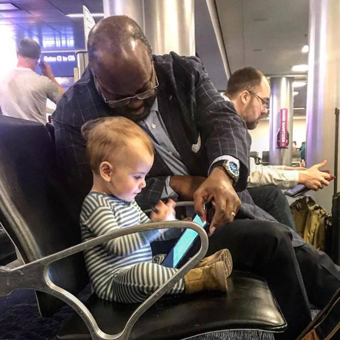 Het kleine meisje Carter Jean en Joseph Wright sluiten vriendschap op de luchthaven van Las Vegas.