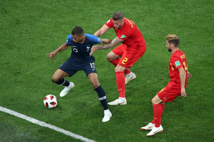 Mbappé schermt de bal af in het duel met België.