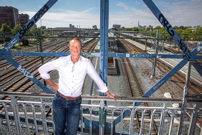 Internationale treinen zouden tot aan Zwolle moeten rijden. Dat plan lanceert Jan Nabers (CDA Zwolle). Hij legt uit, de NS en een hoogleraar Transportbeleid reageren.