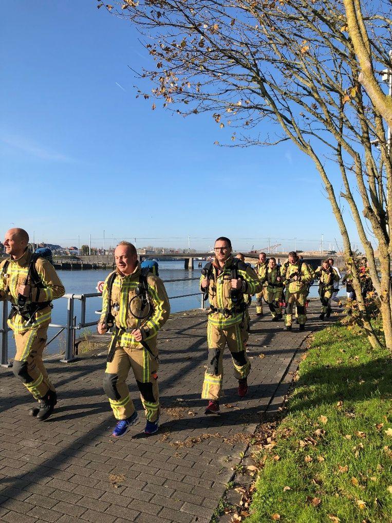 Leden van de Nieuwpoortse brandweer legden het parcours in tenue af