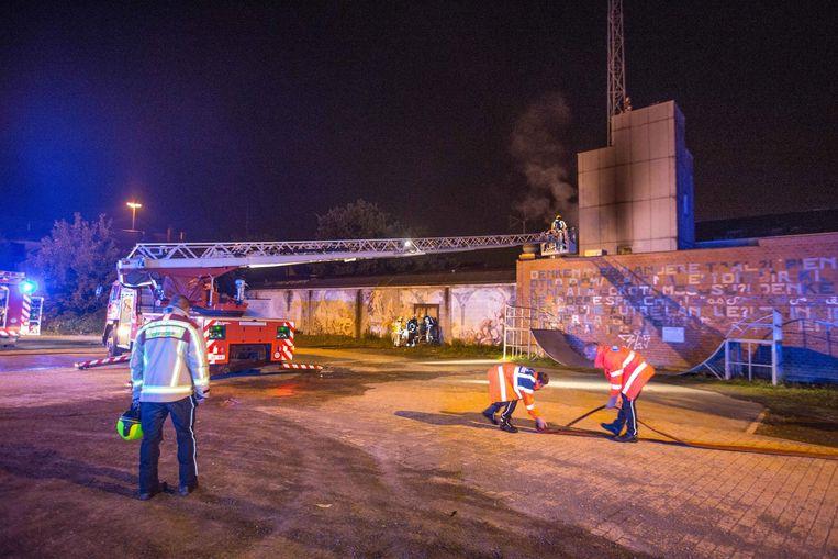 Brandweermannen aan hun voormalige kazerne. Doordat ze het gebouw goed kennen, kon er ook erg vlot geblust worden.