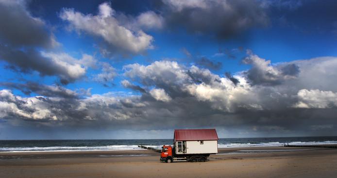 Domburg - slaaphuisjes op het strand worden weggehaald