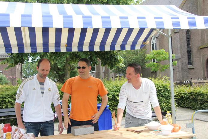 De gebroeders Arts ( vlnr Rob,Chris en Bart) zorgden dat de hamburgers gebakken werden.