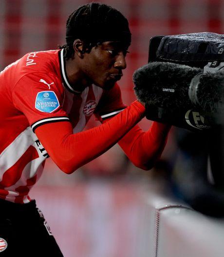 PSV-talent Noni Madueke draagt goal op aan perschef Thijs Slegers: 'Hij is onderdeel van onze familie'