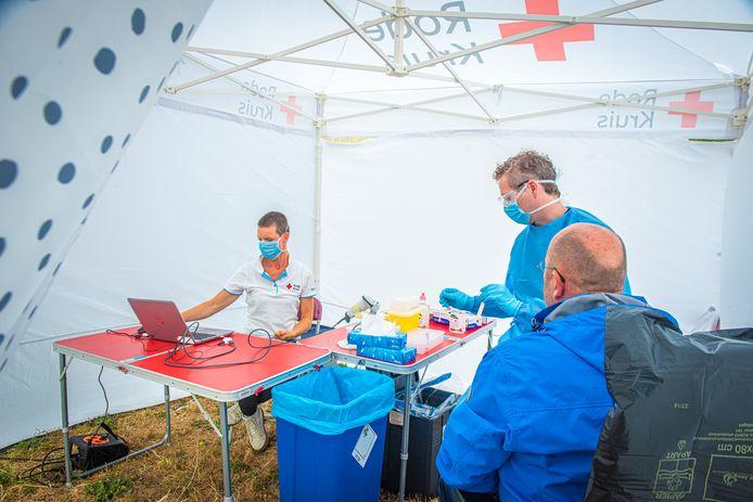 Ook patiënten die een besmetting met het coronavirus testen en thuis kunnen uitzieken, kunnen langdurige ernstige klachten overhouden.