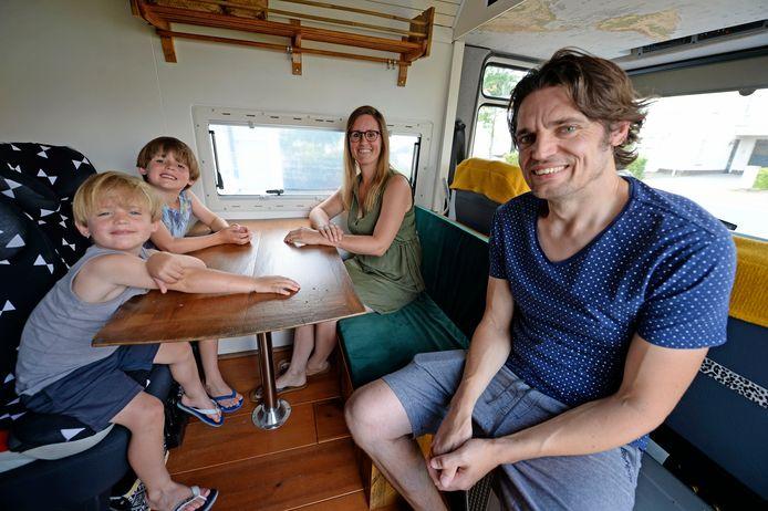 De familie Greven/Snieders gaat op reis door Afrika. Bern Leonie David en Floris