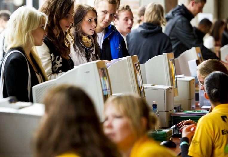 Eerstejaarsstudenten melden zich voor de introductieweek van het Groningse studentenleven. Beeld