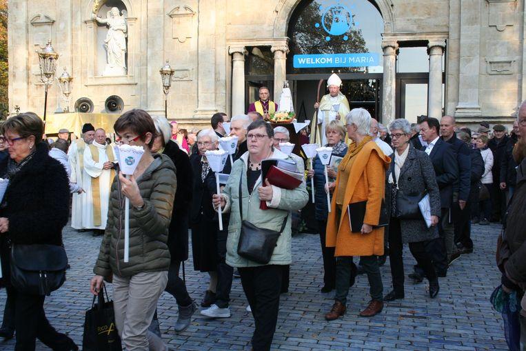 De start van de processie aan de basiliek, met achteraan hulpbisschop Van Hautte