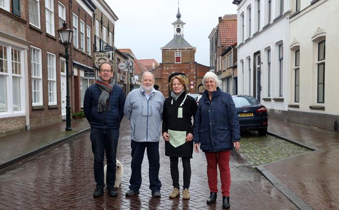 De spreekbuis van Aardenburg, vlnr: Rogier de Jong (lid stadsraad), Steve Martin (archeologisch museum), Dinique Bakkers (voorzitter stadsraad) en Marlies de Smet (secretaris stadsraad). Op de achtergrond de Kaaipoort.