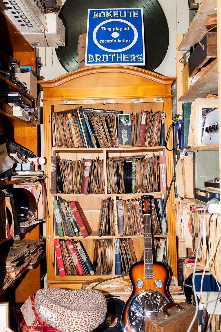 De winkel aan huis staat propvol muziekinstrumenten. Beeld Renate Beense