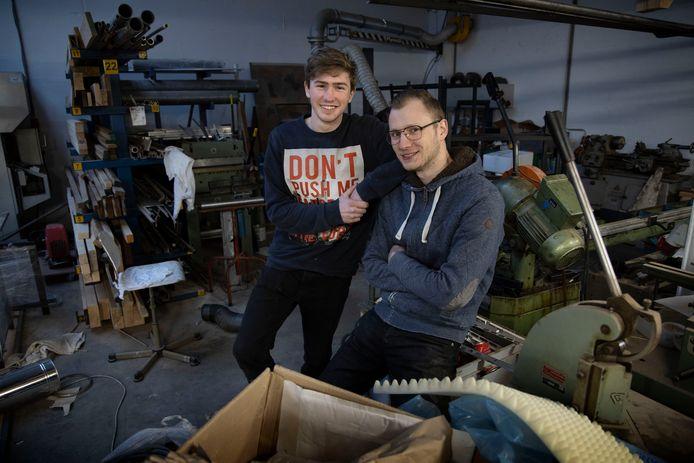Studenten Ruben Scheuermann (links) en Thijs Vriezekolk (rechts) mogen met hun zelf ontworpen producten exposeren tijdens de Milaan Design Week
