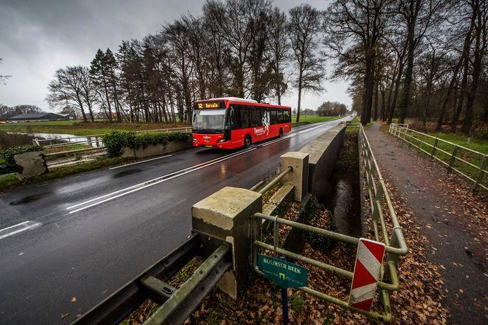 Bus 62 van Twents/Keolis passeert de Vloedstegenbrug over de Buurserbeek/Schipbeek op weg naar Borculo. De bussen mogen de brug blijven passeren, ondanks de afsluiting voor zwaar verkeer.