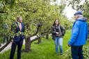 Tussen de perenbomen spreekt de koning Leo Ettering en Annemieke Postma van zorginstelling Middin. Postma komt elke woensdag in de Hof met een groepje cliënten om mee te helpen bij het onderhoud.
