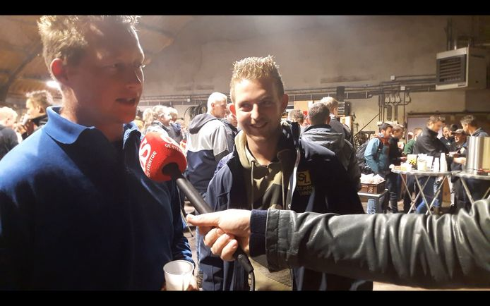 Boer Mark Rood (links) uit Holten en loonwerker Janniek Sturris uit Laren. In Laren verzamelden zich bij loonwerkersbedrijf Sturris vanochtend honderden boeren.