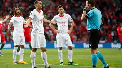 VIDEO. Straf VAR-moment in Nations League: ref moet kiezen aan welke ploeg hij penalty geeft
