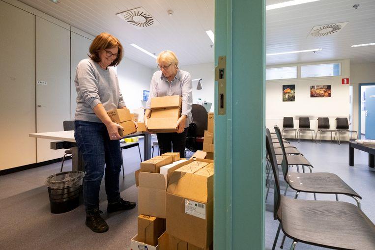 Marita De Mayer en Marijke Goossens zijn bezig met de verhuis van de Huisartsenwachtpost