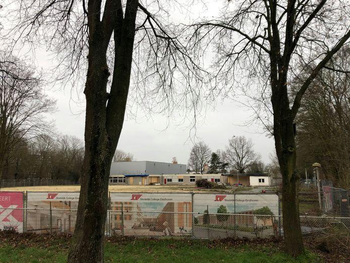Het Stedelijk College aan de Henegouwenlaan in Eindhoven is deels gesloopt. De nieuwbouw start in mei.