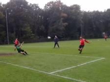 NEC-er Rayhi toont topvorm tijdens training met volleys op goal, en een paar richting Sittard