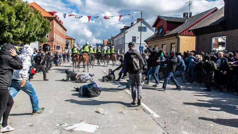 Een uit de hand gelopen ontmoeting van nazis en tegenbetogers heeft voor beroering gezorgd in Zweden. Bij de ongeregeldheden in Malmö trad de politie volgens velen buitensporig hard op. Beeld