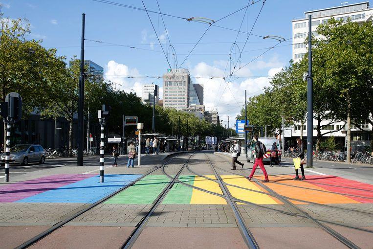 Regenboogzebrapad op het Rotterdamse Churchillplein.  Beeld ANP