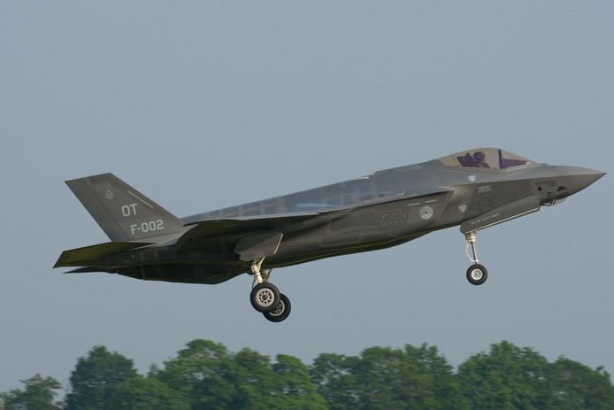 Een F-35 van de Koninklijke Luchtmacht, maakt een belevingsvlucht op vliegbasis Volkel