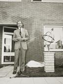 Burgemeester Jan Willem Wegstapel opent de zonnewoningen aan de Antoon Coolenhove in Buytenwegh.