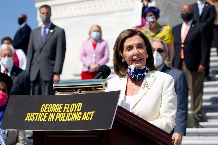 Voorzitter Nancy Pelosi van het Huis van Afgevaardigden op een persconferentie over de wet die politiegeweld in de VS een halt moet toeroepen. Beeld EPA