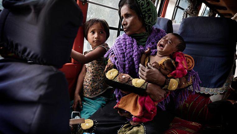 Solima, Roseda en Reshma in de bus die hen van Shaprang naar het vluchtelingenkamp Nayapara brengt. Beeld Daniel Rosenthal / de Volkskrant