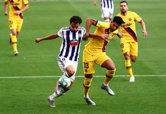 Ronald Araujo van Barça in duel met Enes Ünal van Real Valladolid.