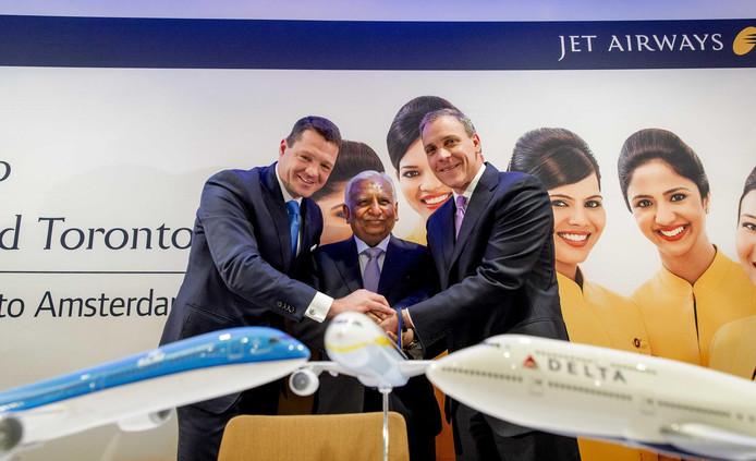 KLM-topman Pieter Elbers met topman Naresh Goyal (m) van Jet Airways bij de komst naar Schiphol in 2016.