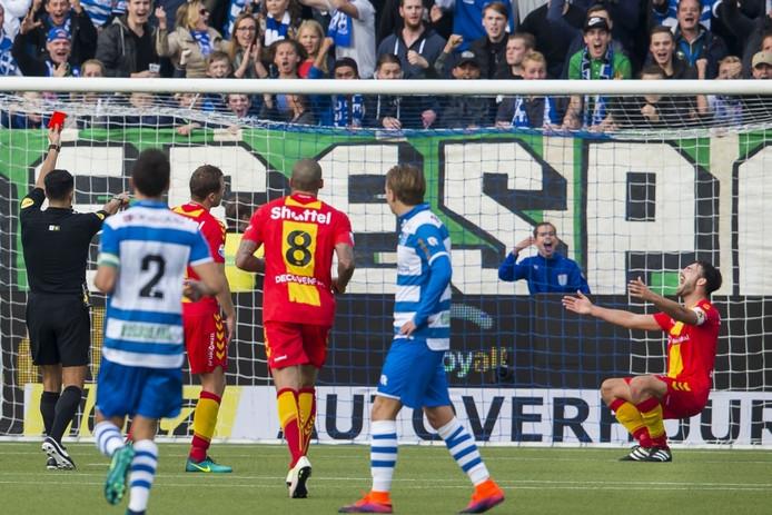 GAE-speler Sander Fischer krijgt rood, nadat hij de doorgebroken PEC-speler Achahbar de doorgang belet