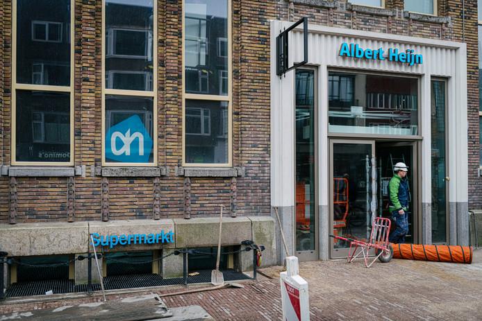 Albert Heijn heeft de letters boven het souterrain (links) verwijderd. Ook het logo achter het raam wordt nog weggehaald.