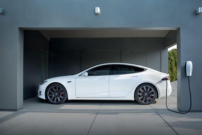 Een Tesla aan de thuislader.