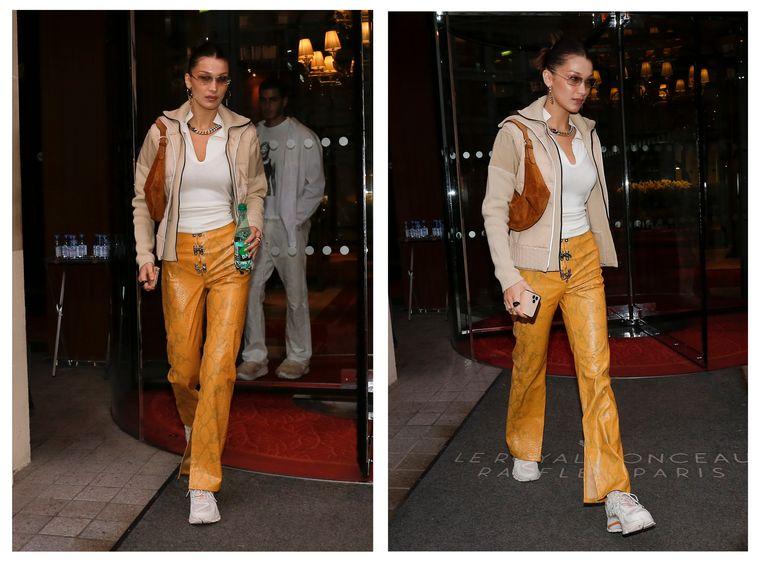 Bella Hadid terwijl ze haar hotel in Parijs verlaat, in een opvallende broek van het Belgische merk LĒO Official.