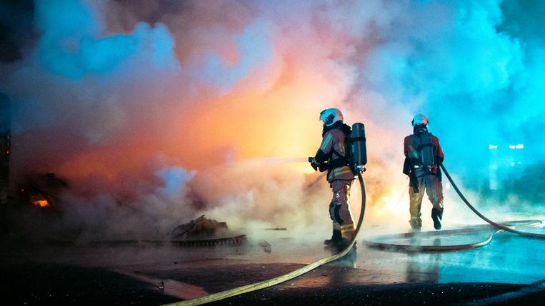 De brandweer in actie in de Ribaucourtstraat in Sint-Jans-Molenbeek. Daar werden tijdens nieuwjaarsnacht auto's in brand gestoken.