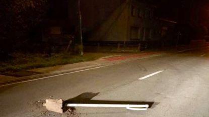 Vandalen droppen verkeersbord in midden van de weg