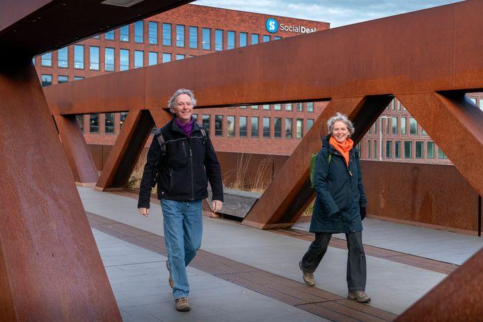 Maarten Sterneberg (links) en Marie José van der Linden schrijven wandelrouteboekjes voor Den Bosch en omgeving.