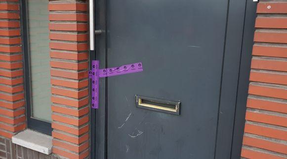 De voordeur van de woning werd verzegeld.
