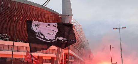 PSV-fans brengen massaal eerbetoon aan geliefde oud-voorzitter Van Raaij
