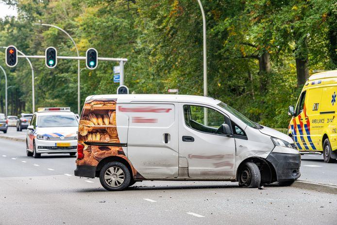 Op de Bredaseweg in Tilburg is zaterdagmiddag een bestelwagen over de kop geslagen.