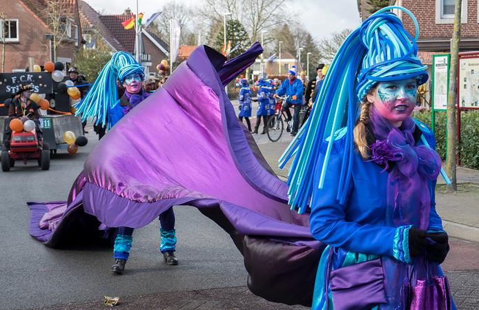 Carnavalsoptocht in Ottersum. In Ottersum sien ze lang van stof.