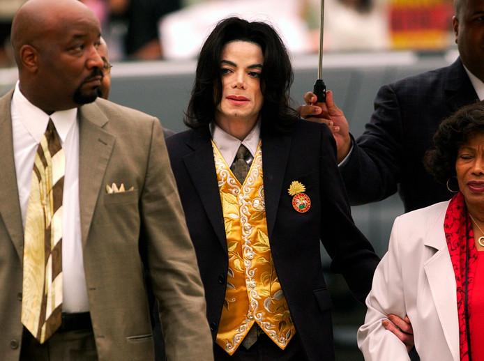 Michael Jackson in 2005, toen hij terecht stond wegens kindermisbruik.