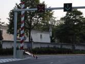 Slagboom met knipperende rode lichten over het hoofd gezien en omvergereden bij Efteling